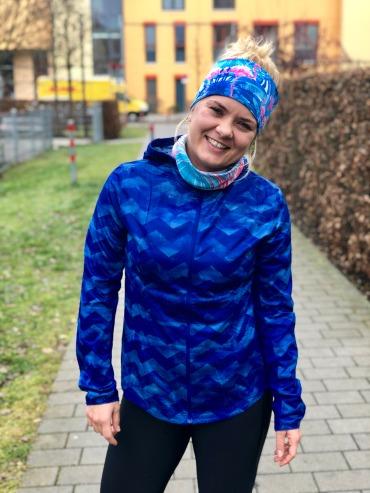 Isa trägt in der Regel Skiunterwäsche und eine Windjacke